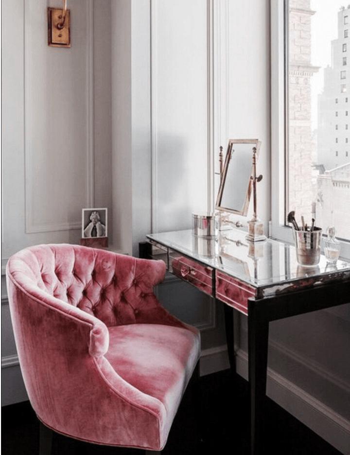 Egyedi rózsaszín bársony fotel.